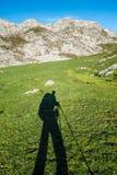 Ombra dell'alpinista in montagne di Picos de Europa Fotografia Stock