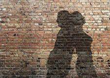 Ombra dell'uomo e della donna sulla parete Fotografie Stock Libere da Diritti