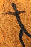 Ombra della donna sulla roccia fotografia stock libera da diritti