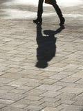 Ombra di camminata dell'uomo Fotografia Stock Libera da Diritti