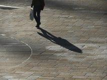 Ombra di camminata dell'uomo Immagine Stock Libera da Diritti