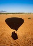 Ombra di un atterraggio dell'aerostato di aria calda Fotografie Stock