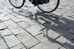 Ombra di un ciclista sulla via Fotografie Stock