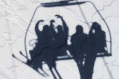 Ombra di un gruppo di persone che si siedono sull'ascensore di sci Fotografia Stock