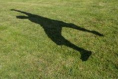 Ombra di un salto dell'uomo Fotografia Stock