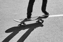 Ombra di un skateboarder su asfalto immagine stock libera da diritti