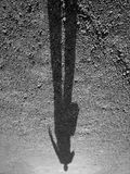 Ombra di un uomo privo di un braccio fotografie stock libere da diritti