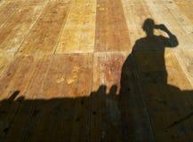 ombra di una donna che prende un selfie Immagine Stock Libera da Diritti
