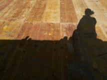 ombra di una donna che prende un selfie Immagine Stock