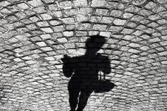 Ombra di una donna sulla vecchia strada cobbled Immagine Stock Libera da Diritti