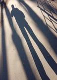 Ombra e luce, la gente e le loro ombre fotografia stock