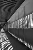 Ombra ed indicatore luminoso Rebecca 36 Luce di giorno soleggiato dalla grata del metallo in centro commerciale shoping non finit Fotografia Stock