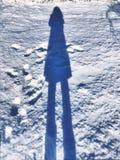 Ombra ed orme della donna su neve Immagine Stock Libera da Diritti
