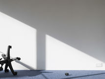 Ombra rotta della colata della sedia dell'ufficio sulla parete Fotografia Stock Libera da Diritti