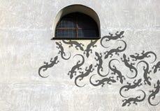 Ombra sulla lucertola della parete Immagini Stock