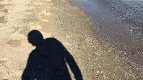 Ombra turistica sulla sabbia archivi video