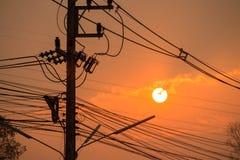 Ombragez les poteaux et les lignes électriques électriques Photo libre de droits