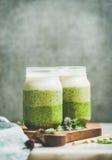 Ombre分层了堆积绿色圆滑的人用在玻璃瓶子的新鲜薄荷 库存图片