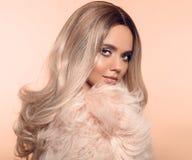 Ombre白肤金发的发型 秀丽时尚白肤金发的画象 性感的在桃红色毛皮大衣女服 与构成的美女模型,长期 库存图片