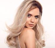 Ombre白肤金发的波浪发 秀丽时尚白肤金发的妇女画象 与构成,长健康发型摆在的美女模型 免版税图库摄影