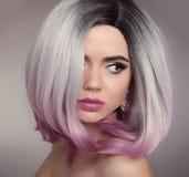 Ombre突然移动发型白肤金发的女孩画象 紫色构成 Beautif 免版税库存照片