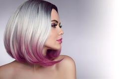 Ombre突然移动短小发型 美丽的头发染色妇女 时髦 免版税库存照片