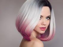 Ombre突然移动短小发型 美丽的头发染色妇女 Fashio 库存照片