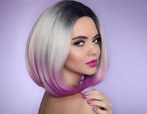 Ombre突然移动短小发型 美丽的头发染色妇女 Manicu 免版税库存照片