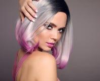 Ombre突然移动短的发型女孩画象  美丽的头发染色妇女 ??puprle?? 与短发光的白肤金发的模型 库存图片