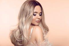 Ombre blond kapsel Het blondeportret van de schoonheidsmanier De sexy vrouw draagt in roze bontjas Het mooie meisjesmodel met mak royalty-vrije stock foto