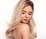 Ombre blont krabbt hår Stående för kvinna för skönhetmode blond Härlig flickamodell med makeup, långt sunt posera för frisyr royaltyfria foton