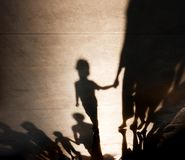 Ombre confuse delle famiglie con la camminata dei bambini immagini stock libere da diritti