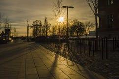 Ombre d'or de réflexion d'heure de coucher du soleil d'architechture de fer en parc extérieur images stock