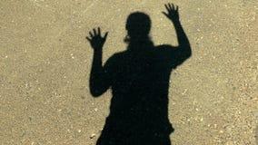Ombre d'homme sur des expressions de mur banque de vidéos