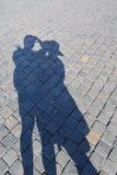 Ombre d'un couple de datation au sol en pierre Photographie stock libre de droits