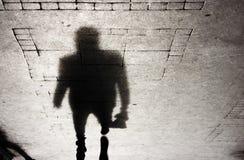 Ombre d'un homme sur le trottoir patterened Photographie stock