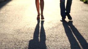 Ombre d'un jeune couple dans l'amour sur le trottoir Silhouette de deux personnes banque de vidéos
