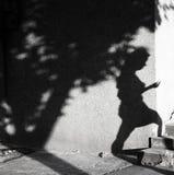 Ombre d'une jeune femme marchant vers le haut des escaliers Photographie stock libre de droits