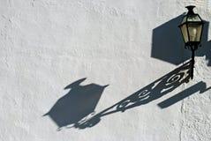 Ombre de bâti de lanterne sur le mur Photos stock