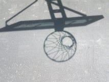 Ombre de cercle de basket-ball avec le filet sur l'asphalte Photos libres de droits