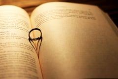 Ombre de coeur avec l'anneau sur un milieu de livre - écrivez votre texte Photos libres de droits