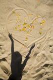 Ombre de l'enfant et du coeur dans le sable Photos libres de droits