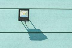 Ombre de lampe d'illumination sur le mur vert dehors Photographie stock libre de droits