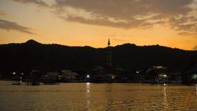 Ombre de noir d'île avec la couleur jaune sur des îles derrière images libres de droits