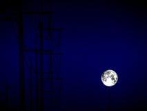 ombre de pleine lune de nuage électrique de ligne électrique et de tempête Photos libres de droits