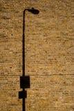 Ombre de poteau de lampe sur le mur de briques Photographie stock