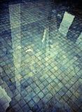 Ombre de réflexion de l'eau sur le plancher carrelé Photo stock