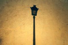 Ombre de réverbère sur le mur Photo libre de droits