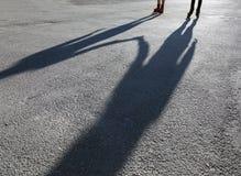Ombre dei pattinatori su asfalto fotografie stock libere da diritti