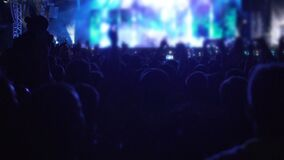 Ombre della folla felice che ballano alla musica al concerto, mani d'ondeggiamento della gente, lento-Mo video d archivio